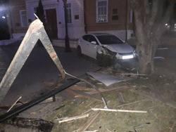 Машина снесла стенд около входа в Радищевский музей