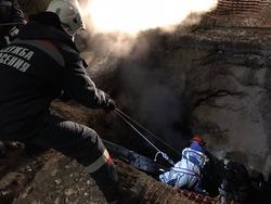 Пожилая женщина упала в коммунальную яму