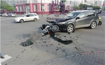 Нарушитель на Mitsubishi сбил байкера в центре Красноярска