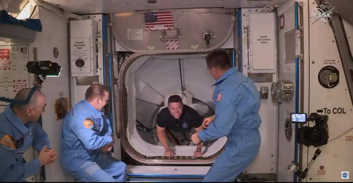 Экипаж Crew Dragon успешно перешел на МКС