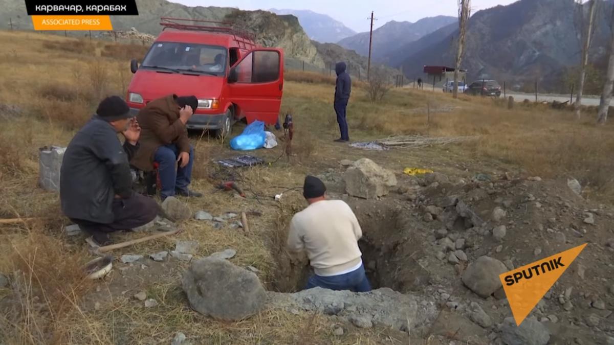 Армяне выкапывают и забирают останки родственников после ввода в Карабах российских 'миротворцев'