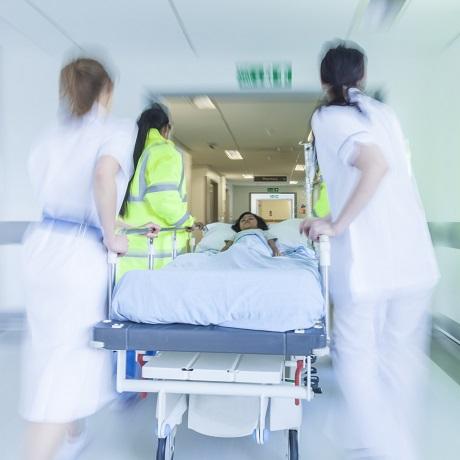 Для оказания оперативной медпомощи регионам поручено привлекать муниципальный транспорт