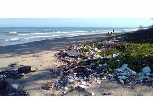 Побережье Черного моря наводнил мусор из пластика