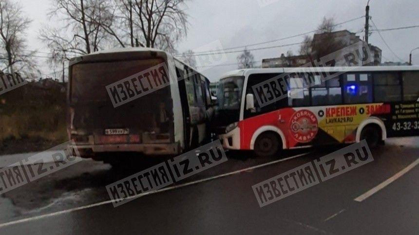 Два рейсовых автобуса столкнулись в Архангельске — фото