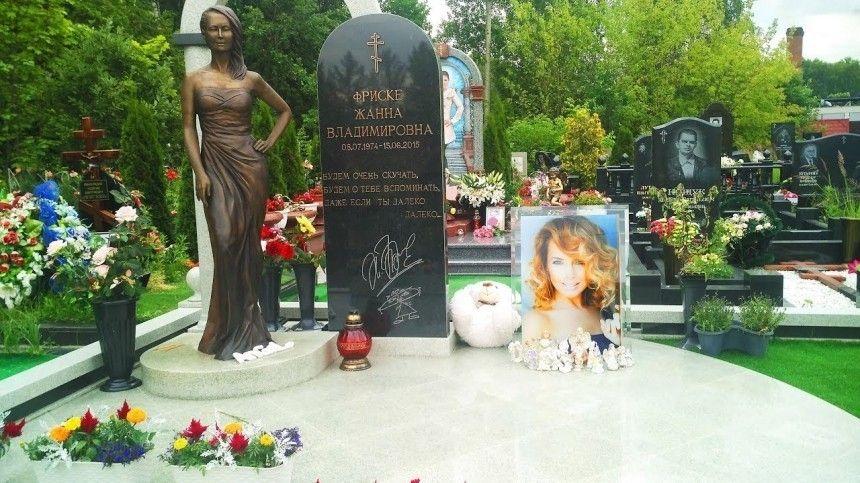 «Конфеты на мраморе не нужны»: отец Фриске призвал фанатов не украшать могилу певицы