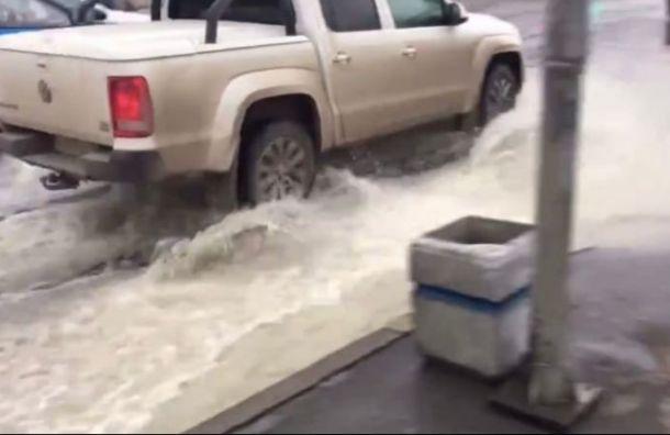 Видео: фонтан воды бьет из-под асфальта на Ленинском проспекте