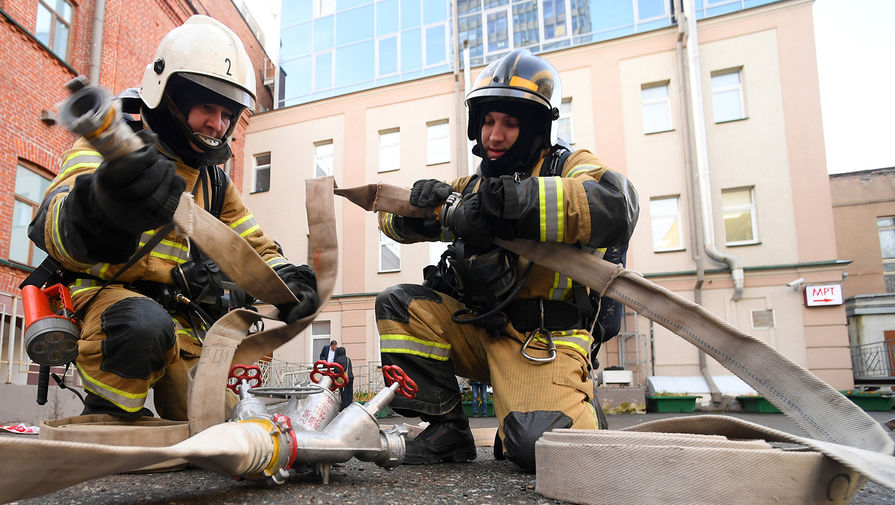 Водитель экскаватора спас людей при пожаре в Москве