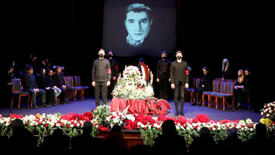 Армена Джигарханяна проводили в последний путь овациями