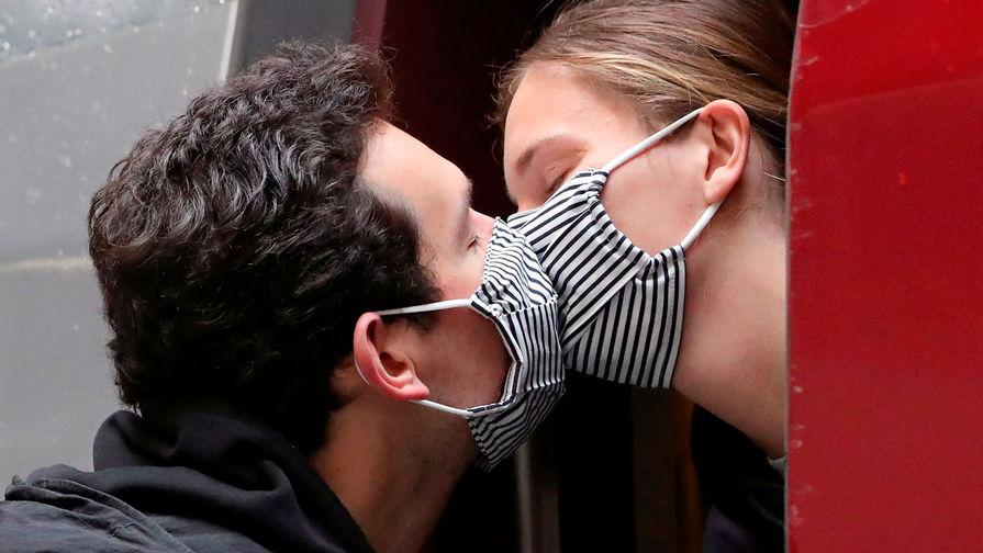 Влюбленную пару оштрафовали на €400 за поцелуй без масок в Италии