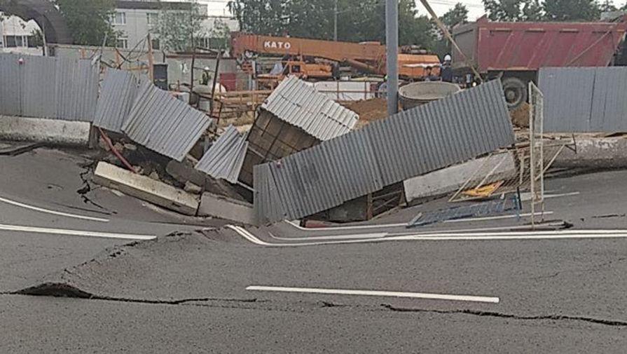 На западе Москвы провалился дорожный грунт