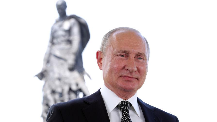 Путин передал записку ветерану на открытии мемориала подо Ржевом