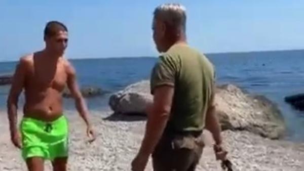 На туристов напали с нагайкой на крымском пляже