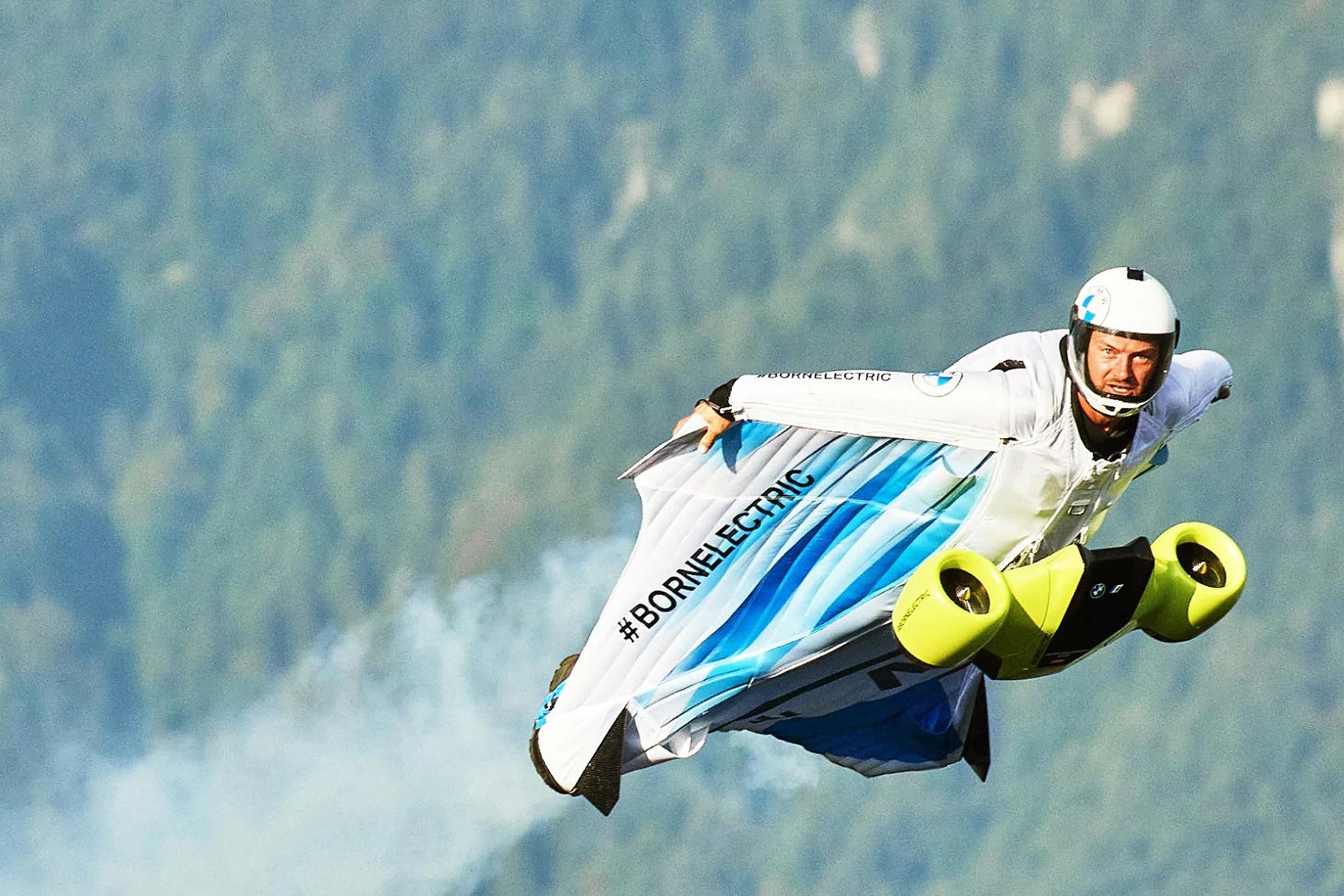 Видео: испытания костюма BMW, в котором можно летать со скоростью 300 км/ч