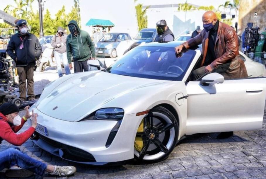 Дуэйн «Скала» Джонсон не влез в Porsche Taycan и сорвал съемки фильма
