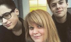 Похож на Алена Делона: старший сын Анны Михалковой отрастил волосы и стал невероятным красавчиком
