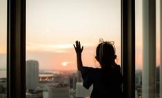 Жительница Саратова, переживающая развод с мужем, выбросила из окна двух маленьких дочерей