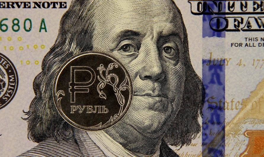 Россияне порассуждали о курсе доллара и евро на 2021 год